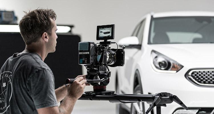 Vlogger filming Kia e-Niro