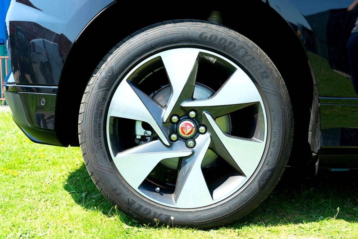 Jaguar I-Pace SE tyre