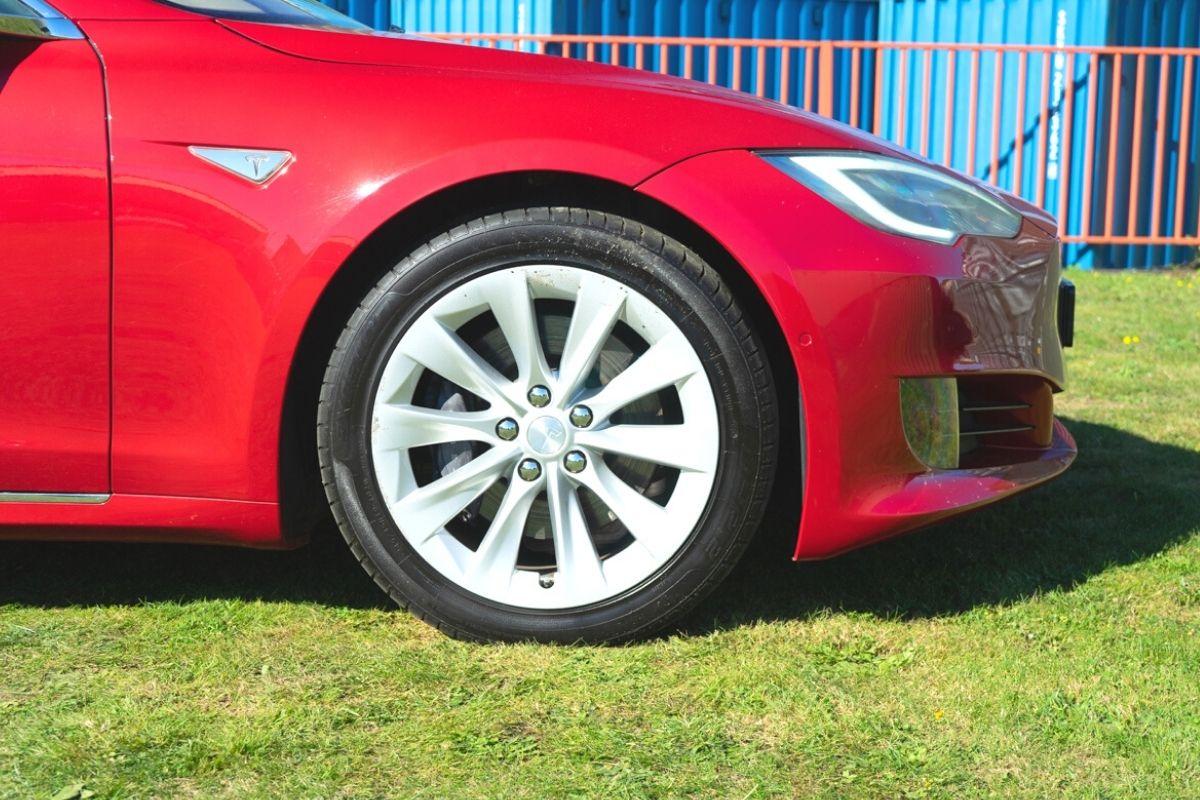 Tesla Model S 75 tyres